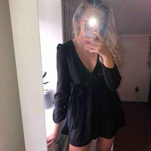 Perfekt svart klänning från Nly Trend i strl34. Säljer då den tyvärr har blivit lite för liten för mig. Finns att hämta i Östersund annars står köparen för frakten💕