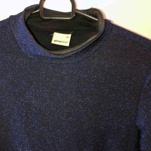 Såå fin marinblå glittrig tajt klänning från Gina tricot. Står XS men passar även en S. Perfekt till nyår t.ex. Finns att hämta i Östersund annars står köparen för frakten💕