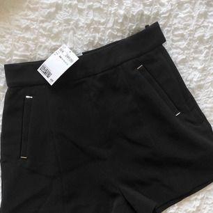 Svarta shorts från hm med gulddetaljer. Aldrig använda, prislapp kvar. Möts upp i Malmö eller fraktar. Frakt: 42kr