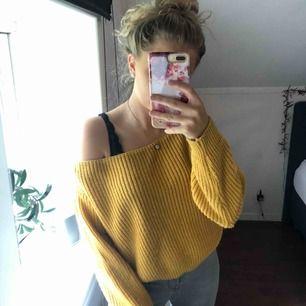 Härlig stickad tröja från Missguided som man antingen kan ha som off-shoulder eller strax över båda axlarna. Färgen är typ mustard-gul. Sparsamt använd. Finns att hämta i Östersund annars står köparen för frakten💕