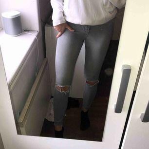 Gråa jeans med hål i knäna. Skönt och väldigt stretchigt material. Står M men skulle mer säga att det är S. Finns att hämta i Östersund annars står köparen för frakten💕