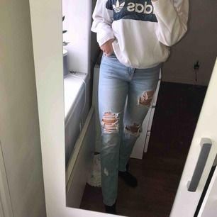 Skitballa håliga jeans från BikBok i skönt och stretchigt material. StrlS. Finns att hämta i Östersund annars står köparen för frakten💕
