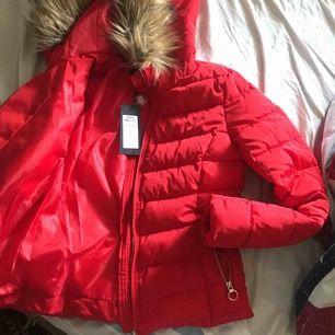 Ny skön vinterjacka i röd, har aldrig använt den då den inte passar mig. Har fått den som present och tänker sälja den för samma pris. Pris kan diskuteras vid snabbaffär 💕