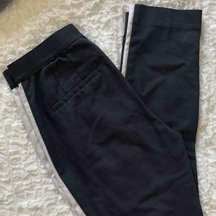 Marinblå kostymbyxor från zara med vita ränder på sidorna av benen.  Använda fåtal gånger. Säljer pga att dem är för små. Möts upp i Malmö eller fraktar. Frakt: 42kr