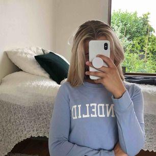 Ljusblå bondelid sweatshirt som inte används. Det finns ett litet blekningsmärke som man ser på bild 3 men inget stort och tydligt. Möts upp i Malmö eller fraktar. Frakt: 42kr