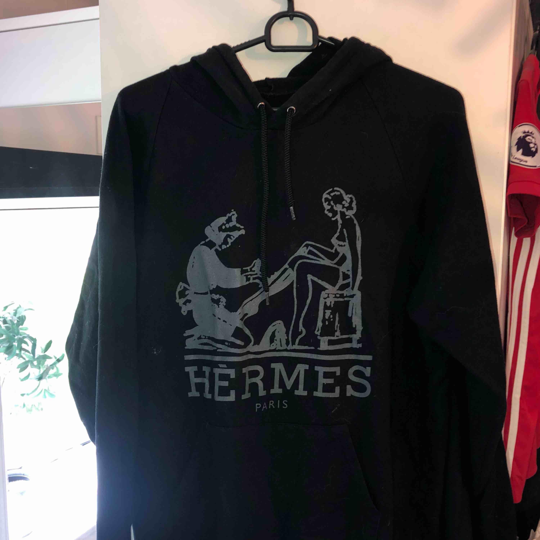 Säljer min fina Hermés hoodie i svart med grått tryck. Hör av er om ni vill ha fler bilder. Fick den i present men antagligen en fake! Finns att hämta i Östersund annars står köparen för frakt😊. Huvtröjor & Träningströjor.