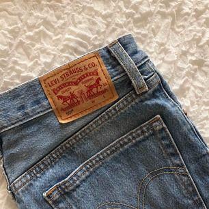 Denim Levis shorts. Storlek: W25 Säljer då de blivit för små för mig. Möts upp i Malmö eller fraktar. Frakt: 42kr