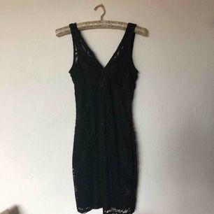 Tight klänning i svart spets, supersnygg festklänning. Köparen betalar frakt eller hämtas på södermalm Stockholm.