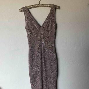 Gammelrosa spetsklänning från Only. Supersnygg sommar/festklänning.