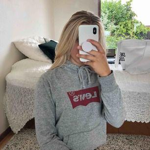 Säljer en grå Levis hoodie pga att den inte kommer till användning. Fraktar eller möts upp i Malmö. Frakt: 42kr