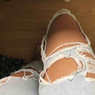 Säljer ett par skit coola tippen jeans eftersom dom är lite förstora för mig. -Jag har sytt in dom lite i midjan -funkar att ha skärp till dom då dom är lite stora i midjan. -stora i storleken så skulle säga s-m