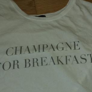Snygg tröja med trycket Champagne for breakfast, kan mötas upp i Gbg eller frakta, då står båda för frakten! Sitter bra och löst