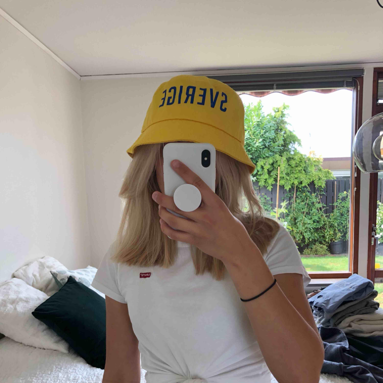 Sverige bucket-hat!!. Accessoarer.