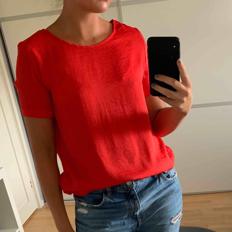 Enkel och snygg röd blus från Vila!. Blusar.