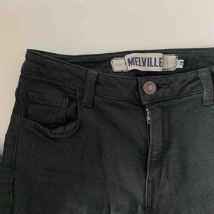 Mörkgröna byxor ifrån Brandy Melville med slitningar vid knäna.