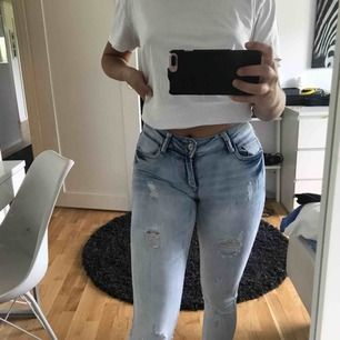 Ljusa jeans med slitningar från new yorker. Bara använda 2 gånger så som nya. Storlek W:25, längd står inte men passar bra på mig som är 167. Köparen står för frakt, betalning sker via swish