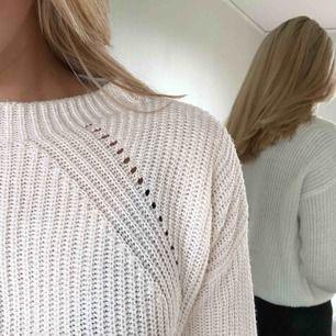 Vit stickad tröja som inte används längre. Fraktar eller möts upp i Malmö. Frakt: 42kr