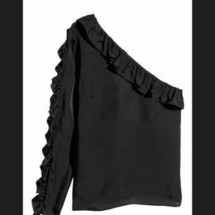 """Jättefin svart off-shoulder blus i typ """"siden""""-material. Volanger på armen. Har tyvärr aldrig kommit till användning så helt ny, köpt för 250 och säljer nu för 90. Perfekt till både vardag & fest"""
