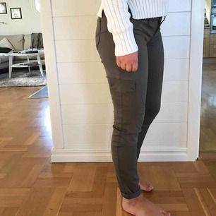 Militärgröna cargobyxor i fint skick. Köpta i New York och är av märket YMI Jeans. De har fakefickor på benen samt på framsidan och är lågmidjade. Storlek 1 men motsvarar en 34/36. Jag och köparen delar på frakt. :)