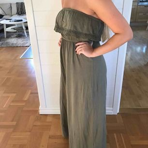 Fin miltärgrön maxiklänning från Ginatricot! Sparsamt använd och därför i bra skick. Jag och köparen delar på frakt. :)
