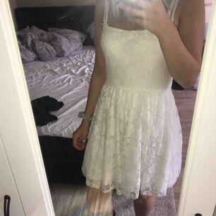 En fin vit spetsklänning. En söt spets roset ovanför brösten. Nätvolanger längst ner men dom syns knappt. Storleken är M men den är väldigt liten i storleken så jag skulle säga att det är storlek S
