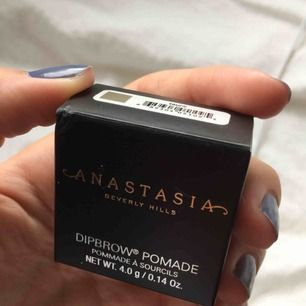 Anastasia dipbrow pommade i färgen taupe! Nuddat med fingret en gång som syns på bilden men annars aldrig använt! Nypris 210-260kr!