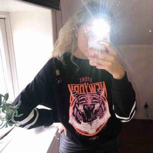 Sjukt cool sweatshirt från Gina Tricot i strlS. Finns att hämta i Östersund annars står köparen för frakt!😊