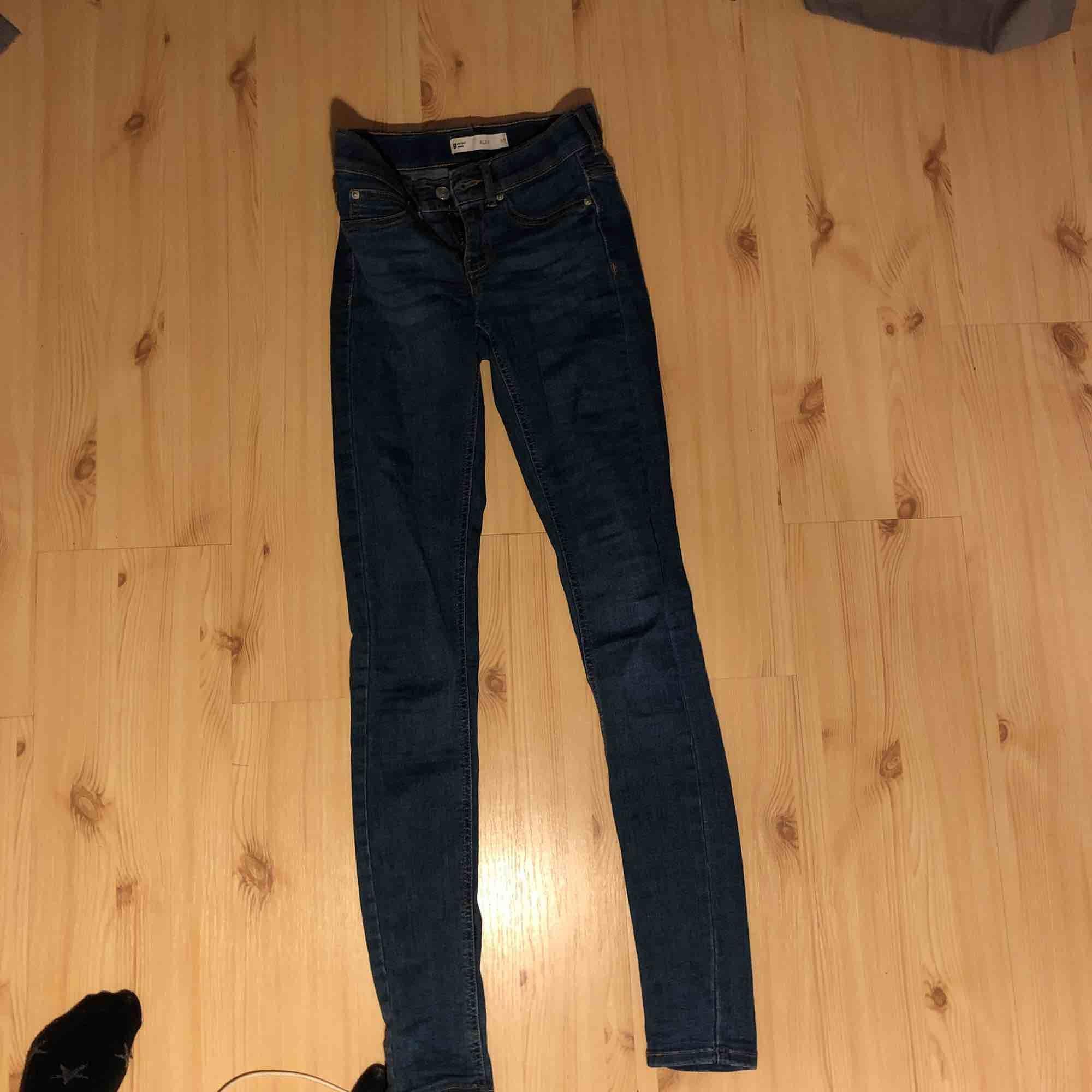 Ett par jeans från ginatricot (Alex) värde 300kr. Mörkblåa lågmidjade jeans. Köparen står för frakt. DM mig för fler bilder, fakefickor där framme💖. Jeans & Byxor.