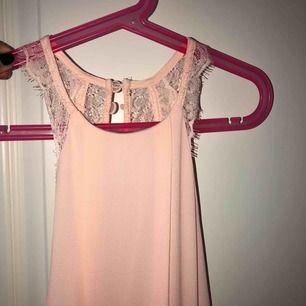 Helt oanvänd balklänning i rosa! Har tyvärr ingen bild på men den ser precis likadan ut som den vita! Frakt tillkommer