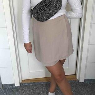 Supersöt kjol från Forever 21. Storlek L men sitter mer som en S/M. Den är något transparent men fungerar med diskreta trosor. Oanvänd kjol i bra skick. Jag och köparen delar på frakt. :)