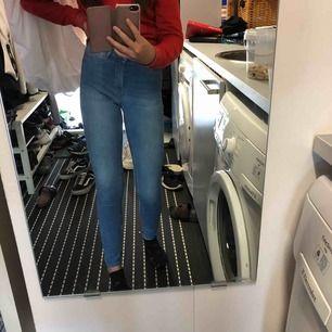 Ljusblåa Molly jeans från ginatricot i strl XS. Använda fåtal gånger köpt för 300kr. Fakefickor där framme. Köparen står för frakt. DM mig för bättre bilder💖