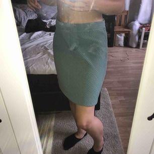 Söt ljusblå/turkose kjol. Randig