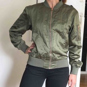"""Grön jacka i """"bomber""""-modell från lager 157's Black Label Collection."""