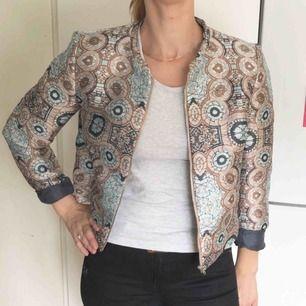 Riktigt snygg mönstrad jacka från H&M conscious. Den är mycket sparsamt använd, så den är i nyskick!