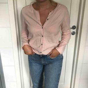 Ljusrosa cardigan från Zaras barnavdelning. Sitter som en S och i fint skick. Jag och köparen delar på frakt. :)