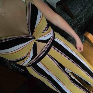 Väldigt stretchigt material så passar större storlekar, culottemodell på mig som ör 175cm. Väldigt unik och passar både till vardag och fest 💛 möts upp i Östersund eller fraktas (+36kr)