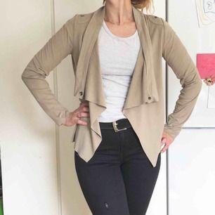 Jacket/cardigan/tröja i mjuk mocca-imitaton, köpt på Nelly.se och märket är Object. Den är beigefärgad och kan användas öppen men har också tryck-knappar så du kan knäppa den omlott, och få en helt annan tröja! 👍👌😊