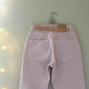 Skitsnygga pastelrosa/lila jeans från monki i mom fit med två mindre hål som syns på första och sista bilden som tyvärr blivit försmå och behöver säljas. Möts upp i stockholm eller fraktar till hela sverige då köparen står för fraktkostnaden☺️