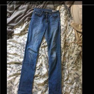 Väl använda jeans från crocker utan hål eller liknande utöver att lappen med märket på baksidan av byxorna är sprucken, men det är ingenting som påverkar hur de sitter eller så💕