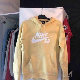 Säljer nu min underbara gula Nike-hoodie😢 Köparen står för frakt, kan även mötas upp i Östersund😊