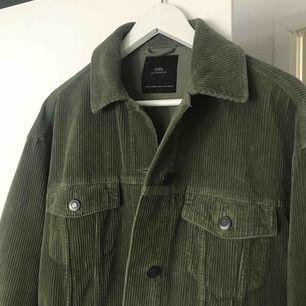 Säljer min gröna manchester jacka från Zara, strl S! Jackan är oversize så passar även M/L beroende på hur man vill att jackan ska sitta:) nypris: 400kr och använd max 5 ggr, så den är precis som ny!