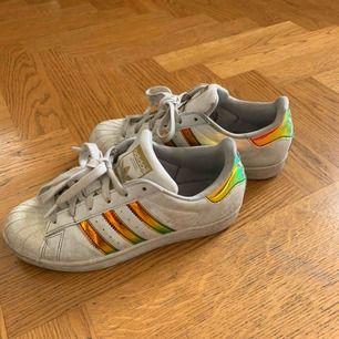 Super star skor i storlek 36 2/3 ! Kan mötas upp i Stockholm, kan frakta också men köpare står för frakt :)