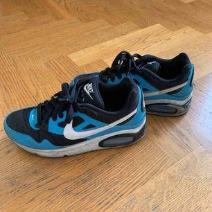 Nike skor i blå färg! Kan mötas upp i Stockholm, kan frakta också men köpare står för frakt :)