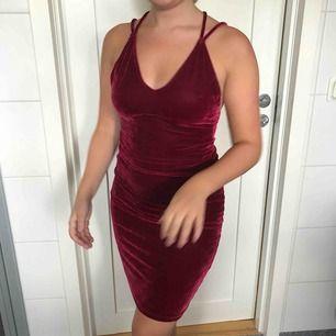 Fin röd sammetsklänning med snygg detalj i ryggen. Klänningen är från BikBok och använd fåtal gånger men i fint skick. I storlek XS men skulle säga att den även passar S. Jag och köparen delar på frakt. :)