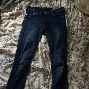 Jeans från crocker i bra skick som är avklippta nertill och har svagt målade flammor.