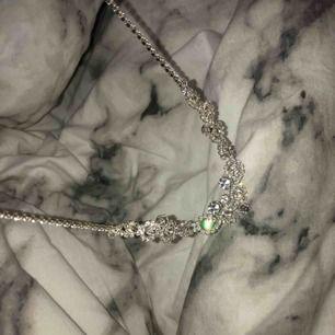 Ett sjukt fint halsband med diamanter över hela som glittrar otroligt mycket.