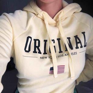 Gul superskön hoodie från Gina Tricot. Sparsamt använd och i väldigt gott skick. Storlek XS