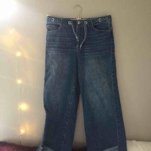 Jeans fr zara i colette modell. Resår och snöre i midjan, står storlek 164 och sitter som typ xs-s beroende på hur tight man vill ha de osv. Jättebra skick, bara att skriva om du har frågor eller så☺️