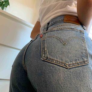 Levi's jeans 501 W 28 L 32, egen gjord slitning på vänstra benet. Bra skick, säljer pga för liten storlek. Köpare står för frakt