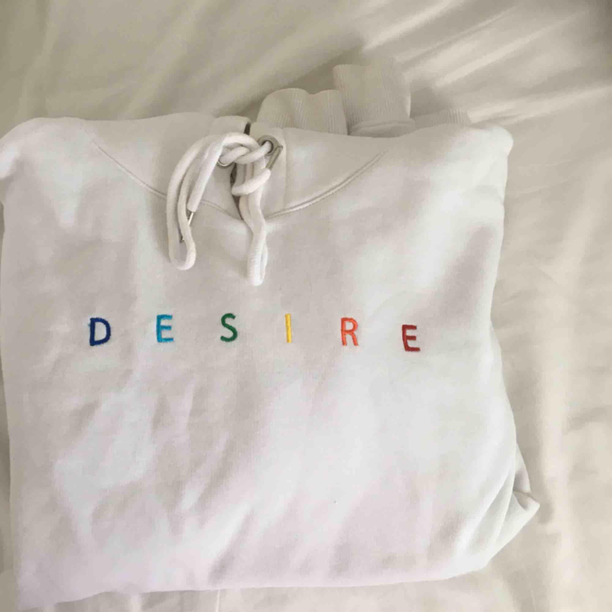 snygg vit hoodie från junkyard i strlk S men den sitter lite oversized :-) . Huvtröjor & Träningströjor.